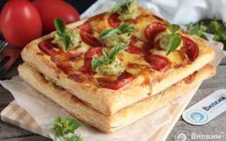 Слоеное тесто с сыром и помидорами