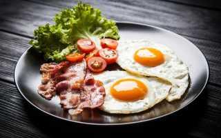 Как готовить яичницу с помидорами и колбасой