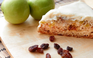 Пирог с яблоками и изюмом в мультиварке